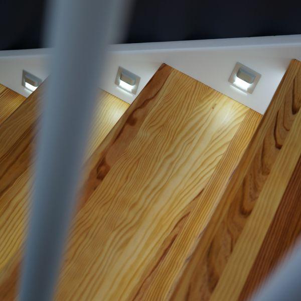 Holztreppe_mit_LED-Strahlern_1